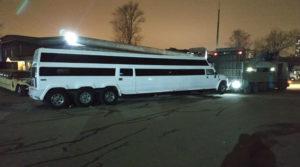 Эвакуировали длинный двухъярусный лимузин-джип Хаммер