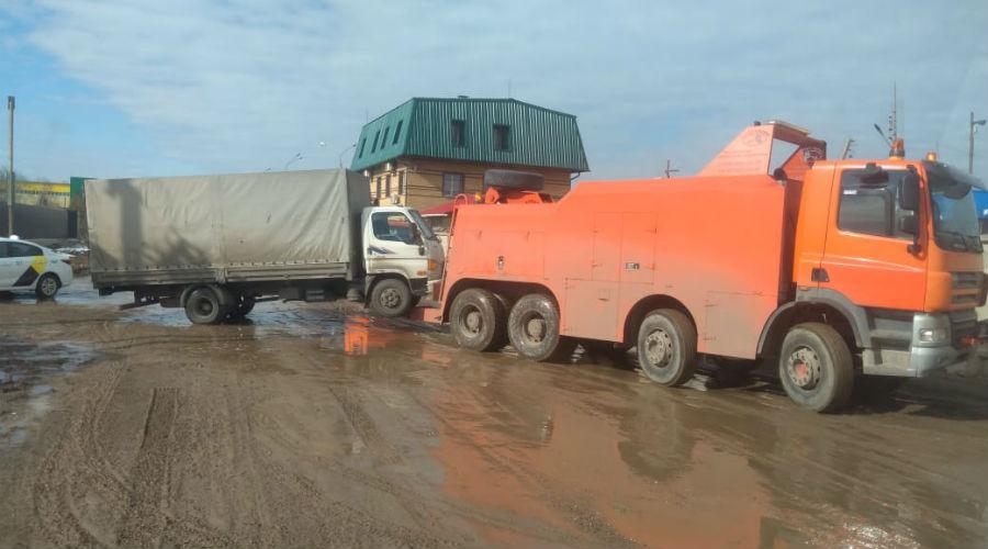 Мощный грузовой эвакуатор